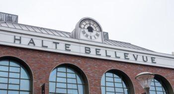 De klok van Halte Bellevue is geplaatst